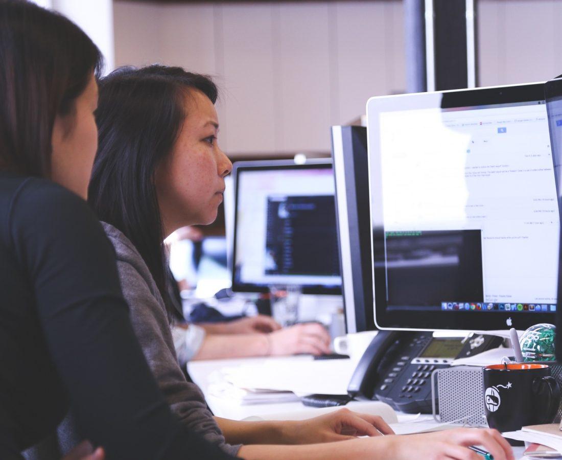 Zwei Frauen am PC. Foto: Pxhere.com/CC | SQL Solutions